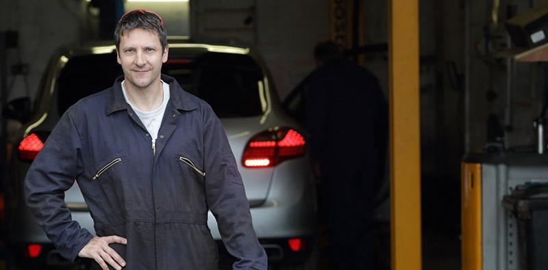 Mężczyzna stojący natle samochodu